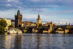 Charles bro i Prague på solnedgången Arkivfoton