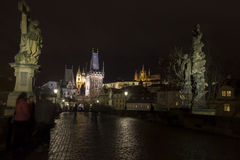 Charles bro på natten med den Prague slotten och sten Vitus Cathedral Royaltyfria Bilder