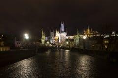 Charles bro på natten med den Prague slotten och sten Vitus Cathedral Royaltyfri Foto