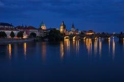 Charles bro vid natt, Prague, Tjeckien royaltyfria foton