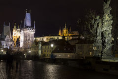 Charles-brug bij nacht met het kasteel en st Vitus Cathedral van Praag Royalty-vrije Stock Afbeeldingen