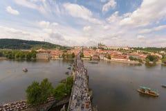 Charles-brug en het Kasteel van Praag van de Oude Toren die van de Stadsbrug wordt gezien royalty-vrije stock afbeeldingen