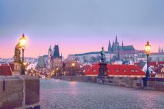 Charles-brug Karluv de Meeste oriëntatiepunten van Praag stock fotografie