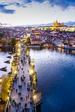 Charles-brug op Moldau-rivier, Kleinere stadsunesco, Praag cas stock afbeelding