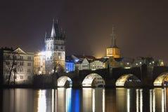 Charles-brug in Praag in de nacht Één van mooiste gotische stijlbrug in Europa Royalty-vrije Stock Afbeelding