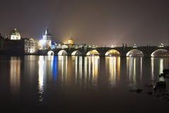 Charles-brug in Praag in de nacht Één van mooiste gotische stijlbrug in Europa Royalty-vrije Stock Foto's