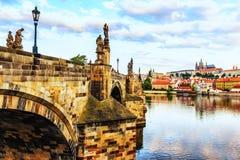 Charles-bruggen met mooie standbeelden in Praag, Tsjechische Republiek royalty-vrije stock foto's