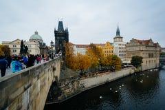 Charles budynki wzdłuż Vltava w Praga i most, Cz Obraz Stock