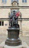 Charles Darwin-standbeeld buiten Shrewsbury-Bibliotheek Stock Foto's