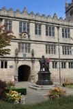 Charles Darwin-standbeeld buiten Shrewsbury-Bibliotheek Stock Afbeeldingen