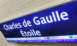 Charles de Gaulle - a estação de metro de Etoile assina dentro Paris Imagens de Stock