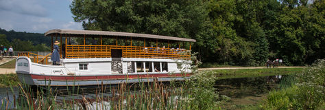 Charles E Sedero Tourist Barge en el canal de C&O imagen de archivo