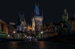 Charles & x28; Karlov& x29; Construa uma ponte sobre e suas torres da ponte - Lesser Town - Praga Imagens de Stock