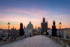 Charles most przy wschodem słońca, piękny most w Czechia Pra Zdjęcie Royalty Free