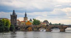 Charles most w mieście Praga Karlův najwięcej na chmurzącym letnim dniu z turystami krzyżuje Vlatva river/miasteczka starego mos obraz royalty free