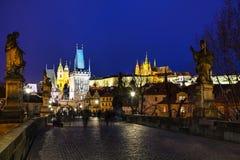 Charles most w wieczór w Praga Fotografia Stock