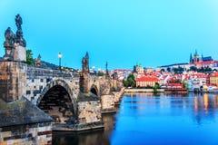 Charles mostu zakończenia widok Vltava i Lesser miasteczko Praga, zdjęcie stock