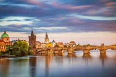 Charles Przerzuca most i Lesser Grodzki wierza, Praga w su (Karluv Najwięcej) zdjęcie royalty free