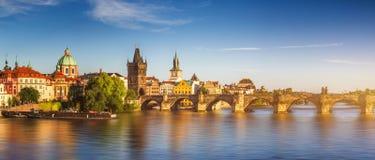 Charles Przerzuca most Karluv i Lesser Grodzki wierza Najwięcej, Praga w su zdjęcie royalty free