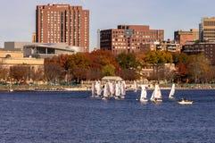 Charles River med gemenskapseglingbakgrund Royaltyfria Foton