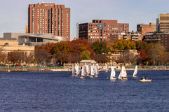 Charles River met Communautaire varende achtergrond Royalty-vrije Stock Foto's