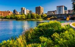 Charles River an North Point Park und an der Ansicht von Boston-Skylinen Stockbild