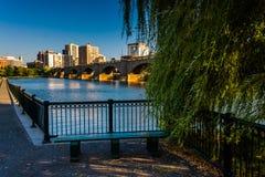 Charles River på North Point parkerar och sikten av Boston horisont Royaltyfri Foto