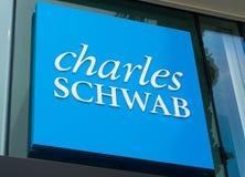 Charles Schwab Sign och logo Arkivbild