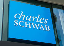 Charles Schwab Sign und Logo Stockfotografie