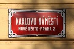 Charles Square A rua vermelha tradicional assina dentro Praga Fotos de Stock