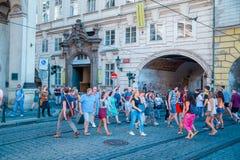 Charles ulica w Praga ludziach krzyżuje drogę w Sierpień 2016 Obrazy Stock