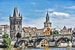 Charlesen överbryggar i Prague Royaltyfria Bilder