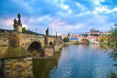 Charlesen överbryggar i Prague, den tjeckiska republiken Arkivfoton