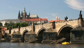 Charless Bridgde och Prague slott Arkivbild