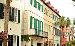 Charleston, Południowa Karolina, Maj 4, 2017, Południowy styl stwarza ognisko domowe w historycznym tęcza rzędu okręgu Charleston Zdjęcie Royalty Free
