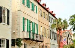 Charleston, Południowa Karolina, Maj 4, 2017, Południowy styl stwarza ognisko domowe w historycznym tęcza rzędu okręgu Charleston Obraz Royalty Free