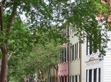 Charleston, Południowa Karolina, Maj 4, 2017, Południowy styl stwarza ognisko domowe w historycznym tęcza rzędu okręgu Charleston Obrazy Stock