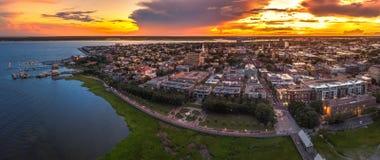 Charleston, skyline do SC durante o por do sol imagens de stock