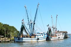 Charleston, South Carolina am 7. Mai 2017 Garnelenboote in Shem Creek, Charleston, South Carolina lizenzfreies stockfoto