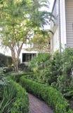 CharlestonSC, Augusti 7th: Historisk husträdgård från charleston i South Carolina Arkivfoto