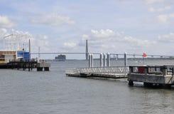 CharlestonSC, Augusti 7th: Kabelbro över tunnbindarefloden från charleston i South Carolina arkivbilder