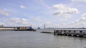 CharlestonSC, Augusti 7th: Kabelbro över tunnbindarefloden från charleston i South Carolina royaltyfri fotografi