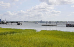 CharlestonSC, Augusti 7th: Tunnbindare River Landscape från charleston i South Carolina Royaltyfri Bild