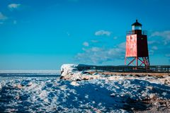 Charlevoix Michigan ` s södra Pier Lighthouse som över frysas Royaltyfri Foto