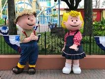 Charlie Brown en Sally in Carowinds in Charlotte, Noord-Carolina stock afbeelding