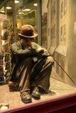 Charlie Chaplin statyett i shoppafönstret, Prague arkivbilder