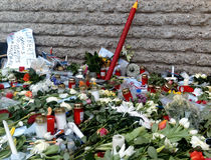 Charlie Hebdo Memorial für Paris nimmt im Januar 2015 in Angriff lizenzfreie stockfotografie