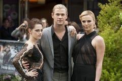 Charlize Theron, Chris Hemsworth et Kristen Stewart photos libres de droits