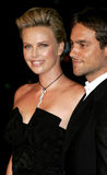 Charlize Theron and Stuart Townsend. October 10, 2005 - Hollywood - Charlize Theron and Stuart Townsend at the North Country Los Angeles Premiere at the Grauman' Royalty Free Stock Photos
