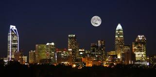 Charlotte City Skyline nachts mit Vollmond lizenzfreie stockfotografie